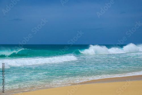 Poster Zee / Oceaan Turquoise ocean waves and blue sky