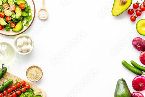 Fotografia Preparing fresh salad