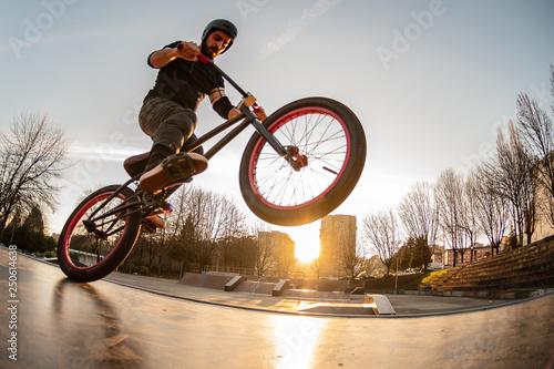 Sztuczka BMX na drewnianej rampie