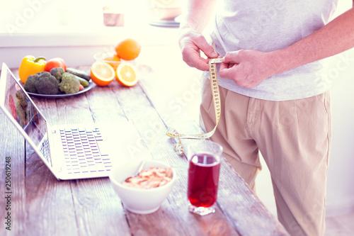 Fotografía  Man leading healthy lifestyle having tasty healthy breakfast and measuring waist