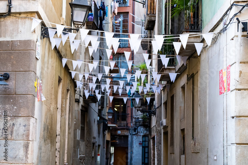Photo  Ruelle avec des banderoles suspendues du quartier gothique de Barcelone, Espagne