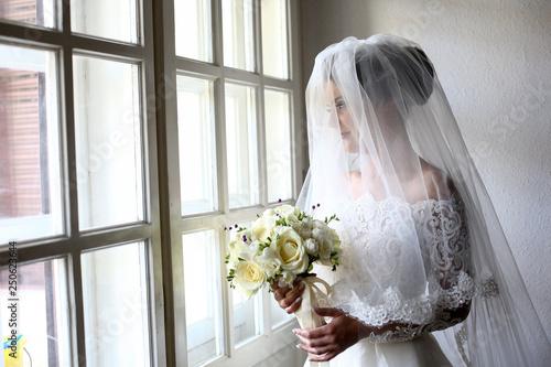 Obraz na płótnie egant beautiful wedding bride posing near great window arch