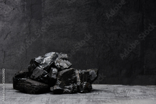 Carta da parati Natural coal on a black background isolated closeup