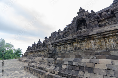 Foto  Brahma Vihara Arama in northern Bali is built in the style of the famous Borobud