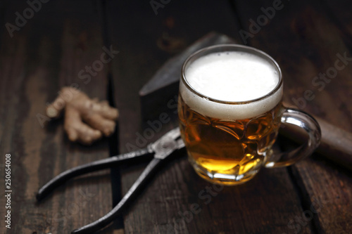 Fototapeta Piwo kuflowe. Kufel piwa na drewnianym blacie kompozycja z narzędziami. obraz