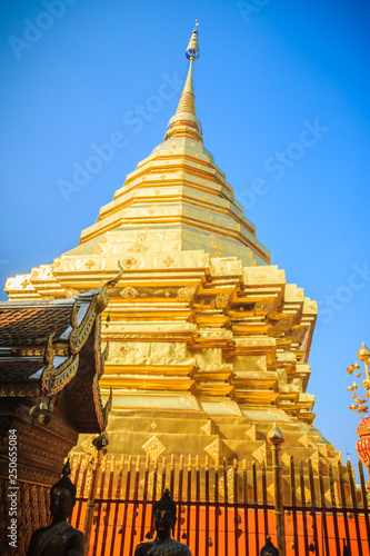 Foto  Beautiful northern Thai style architectural of golden church and pagoda at Wat Phra That Doi Suthep, the famous temple and became the landmark of Chiang Mai, Thailand