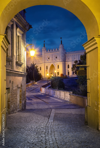 Obraz View of Lublin Castle through the arch at dusk in old town of Lublin, Poland - fototapety do salonu