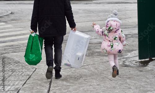 Foto  Ein Vater geht mit seiner Tochter auf einen Schutzweg zu