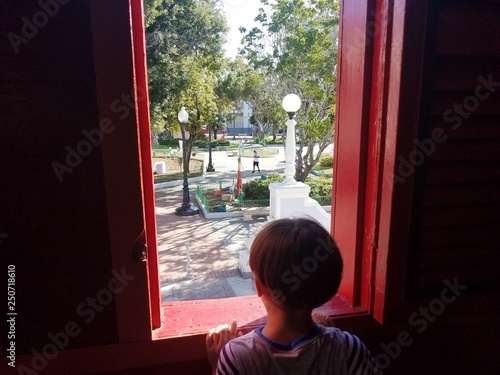 Cuadros en Lienzo boy child looking out window to plaza in Ponce, Puerto Rico