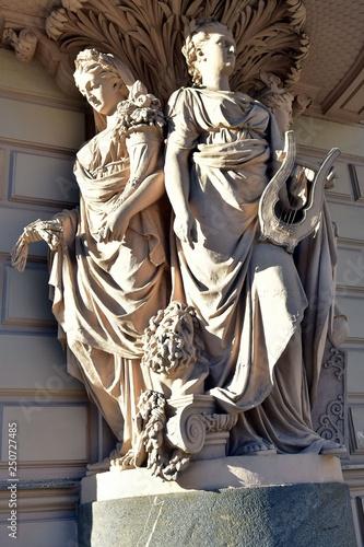 Fotografija  Allegoric sculptures. Closeuo.  Milionnaya street. St.Petersburg
