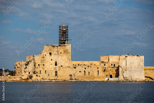 Foto  Alfonsino castle, located at the entrance to the port of the Italian town of Bri