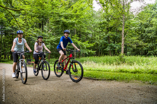 Photo Healthy lifestyle - people riding bicycles in city park