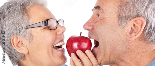 freudiges Paar beißt in roten Apfel Canvas Print