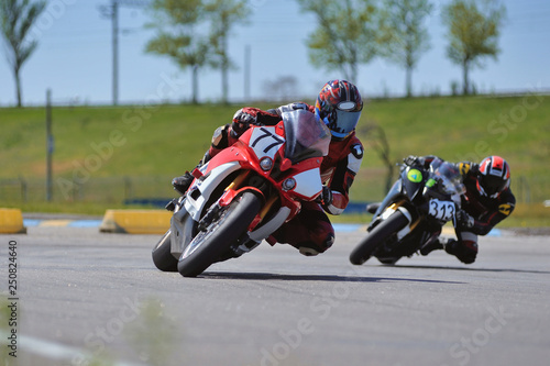 Pinturas sobre lienzo  Motorcycle practice leaning into a fast corner on track