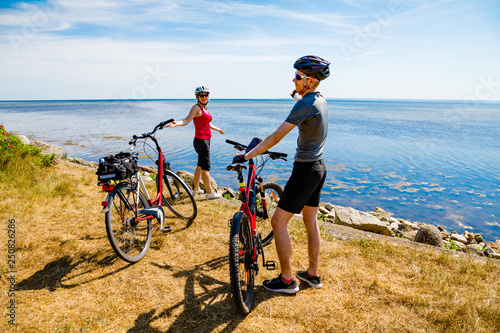 Foto op Plexiglas Healthy lifestyle - people resting with bicycles