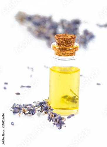olejek lawendowy na białym tle