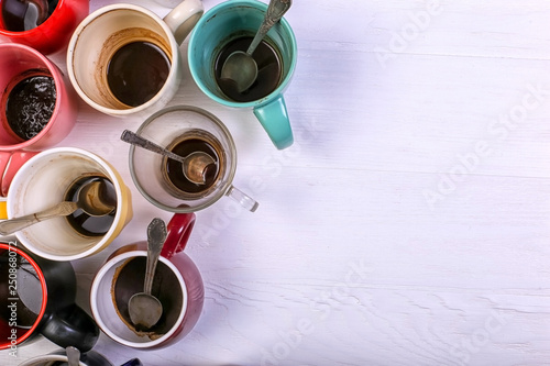 Fotografía  Empty dirty coffee cups of different colors on the table
