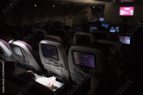 Fotografia  People reading and watching films during an intercontinental night flight