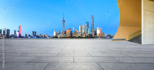 Photo  Empty square floor with panoramic city skyline in shanghai at night,China