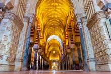 Intérieur De La Mosquée Cathédrale à Cordoue En Andalousie, Espagne