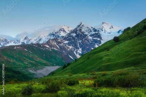 Krajobraz gór Kaukazu. Snowy szczytów górskich w Swanetii w Gruzji