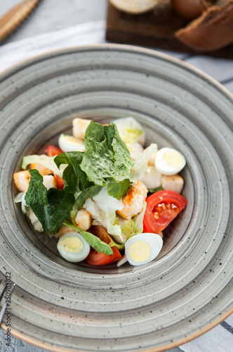 Fotografía  classic caesar salad in a gray plate