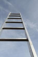 Ein Mann Versucht Die Leiter Hoch Zu Klettern