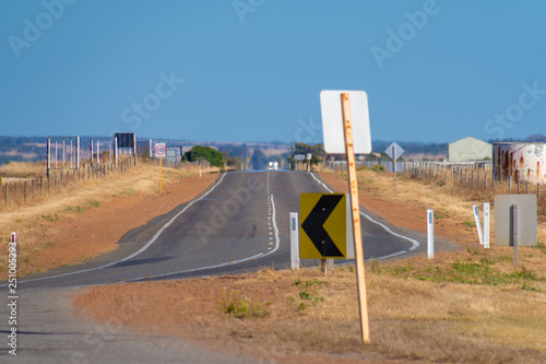 Fotografía  Endless straight road through dry farmland in Australian Outback