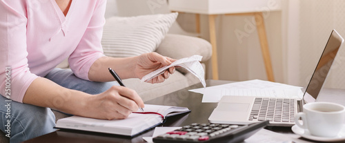 Fotografía  Senior woman bookkeeping bills and payments at home