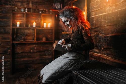 Poster Pleine lune Scary witch reads spellbook, spiritual seance