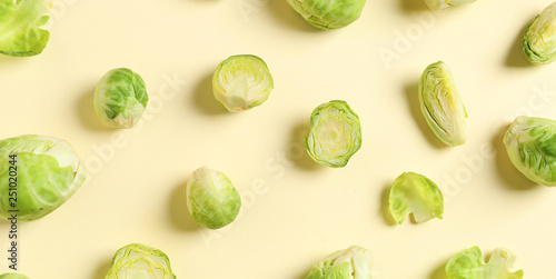 Cadres-photo bureau Bruxelles Fresh Brussels sprouts on color background, flat lay