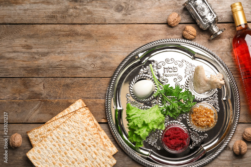 Cuadros en Lienzo Flat lay composition with symbolic Passover (Pesach) items on wooden background,