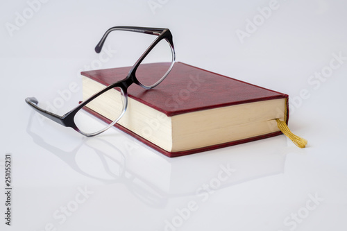 Cuadros en Lienzo Stylish glasses for women with monofocal lenses and book