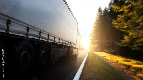 Fotografie, Obraz  LKW fährt in den Sonnenuntergang