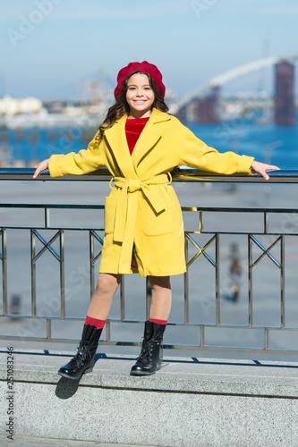 Photo  Fashionable girl enjoy walk on sunny spring day