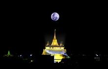 Phukhao Thong Temple And Super Full Moon In Bangkok