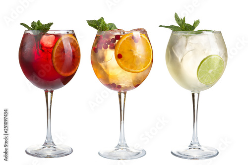 Montage in der Fensternische Alkohol Alcoholic and non-alcoholic refreshing cocktails with mint, fruits and berries on a white background. Three cocktails in glass glasses on a long leg.