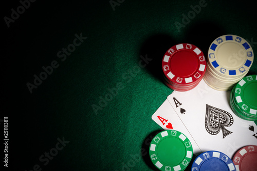 Fotomural  highlighted two Ace of pokers between gambling chips on casino table