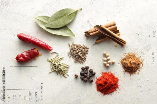 Obraz 白い背景で撮影したいろいろなスパイスといろいろなスパイス香辛料 - fototapety do salonu