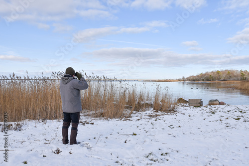 Photo Birder by a bay in winter season