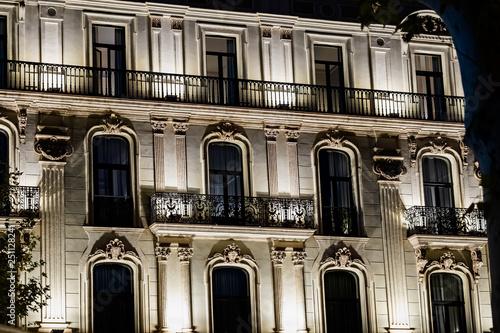 Tablou Canvas Façade éclairée d'un immeuble de Barcelone
