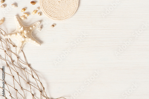 Fotografia White textured wooden surface decorated with sea shells