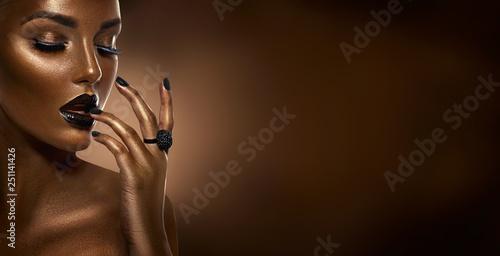 Fotografia  Beauty black girl fashion art portrait over dark brown background