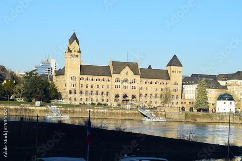 Foto op Canvas Vestingwerk altes Preußisches Regierungsgebäude in Koblenz am Rheinufer