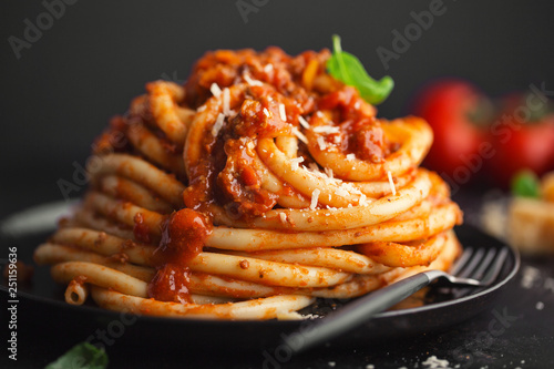 Photo Tasty pasta bolognese with cheese and basil