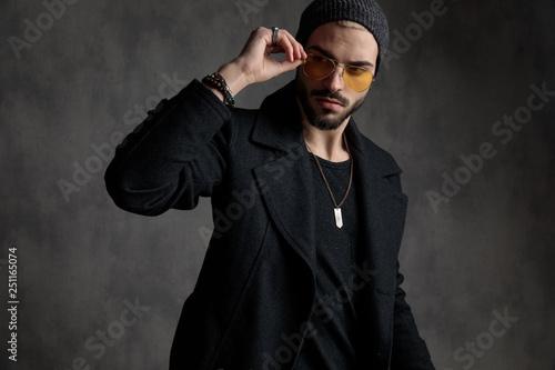 Fotografía  Well dressed man arranging his sunglasses
