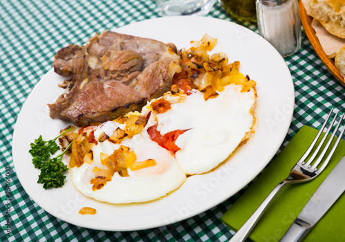 Fotografia  Picture  of delicious fried pork with  fried eggs at plate, nobody