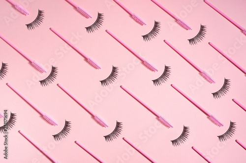 Photo Creative concept beauty photo of lashes extensions brush on pink background