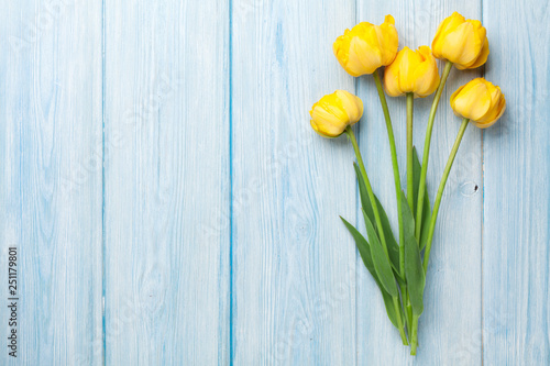 Fotoposter Tulp Yellow tulips on wooden table
