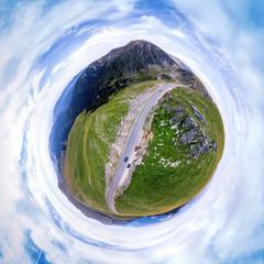 Widok z lotu ptaka na drodze transalpina na górze Rumunia, podróż, pojęcie przygody, sposób motocyklistów, miejsce na wakacje, szczyt góry, niezwykły widok, małe planety, letni dzień, kwadratowe zdjęcie